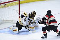 Kyle Turris (Ottawa Senators) dává gól v zápase proti Bostonu