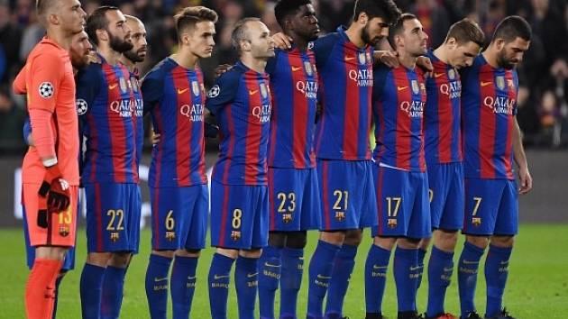 Barcelona držela minutu ticha za oběti letecké tragédie i před zápasem Ligy mistrů proti Mönchengladbachu.
