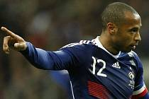 Kapitán Francie Thierry Henry v duelu proti Irsku.