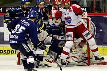 Hokejisté Vítkovic (v modrém) brání před gólmanem Romanem Málkem hráče Budějovic.
