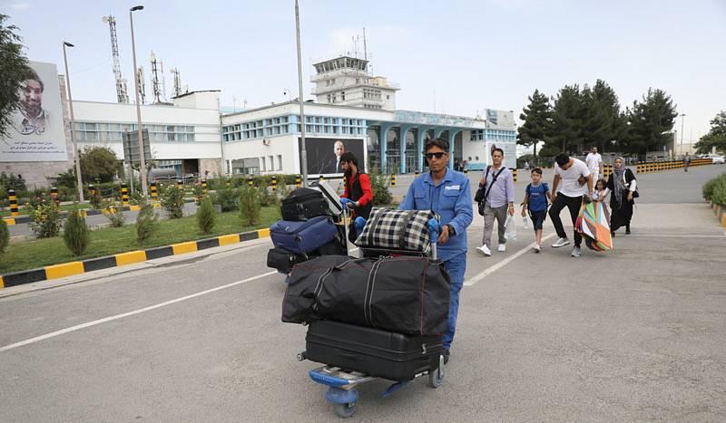Cestující u mezinárodního letiště v afghánské metropoli Kábulu, 14. srpna 2021
