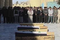 OPLAKÁVÁNÍ MRTVÝCH. Smrt je v Iráku všudypřítomná. Podle zprávy WHO zahynulo jen v prvním roce války v zemi každý den v průměsru sto dvacet osm Iráčanů.