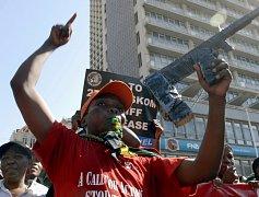 Jihoafričtí odboráři pochodují ulicemi Durbanu.