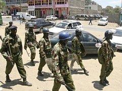 Keňští policisté ve městě Naivasha.