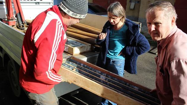 Auto přivezlo nové vzorky. Vpravo Otto Janout, uprostřed je geoložka Barbora Paterová.