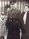 Miroslav Liškutín se synem Milošem a manželkou Daphne před Buckinghamským palácem, kde mu udělila královna vyznamenání.