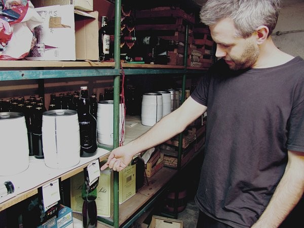 Martin Hromádka se svou domácí produkcí piva, oníž si vede podrobné záznamy.
