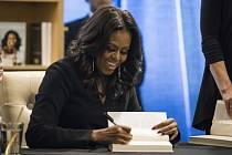 Michelle Obamová podepisuje své memoáry.