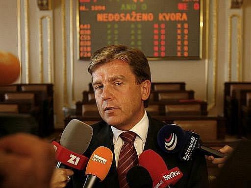 Miloslav Vlček se rozhodl rezignovat na funkci předsedy Poslanecké sněmovny a poslance. V květnových sněmovních volbách kandidovat nebude. Odchází kvůli medializovaným kauzám spojeným s dotacemi a půjčkami.