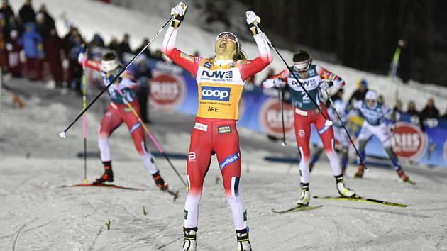 Norská lyžařka Therese Johaugová v cíli sprintu Světového poháru v Aare.
