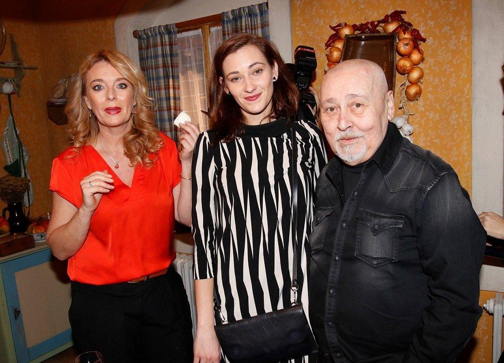 Ota Jirák se svými hereckými kolegyněmi ze seriálu Slunečná – Lucie Benešová a Barbora Jánová