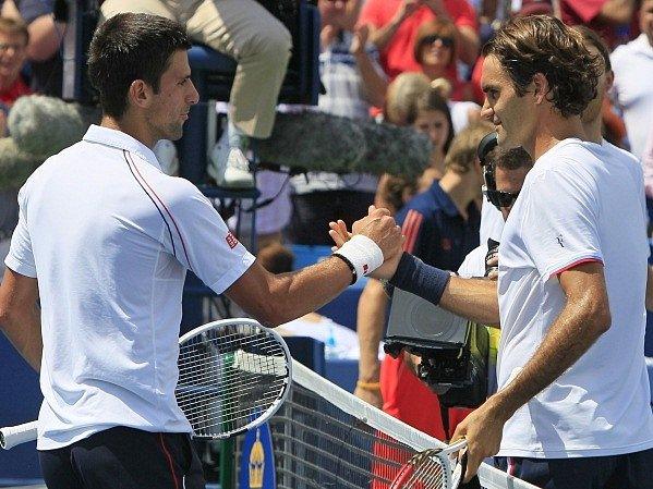 Novak Djokovič (vlevo) musel v Cincinnati sklopit hlavu před uměním Rogera Federera.