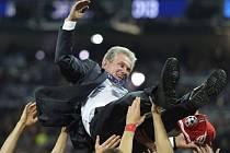 Trenér Bayernu Jupp Heynckes oslavován svými svěřenci.