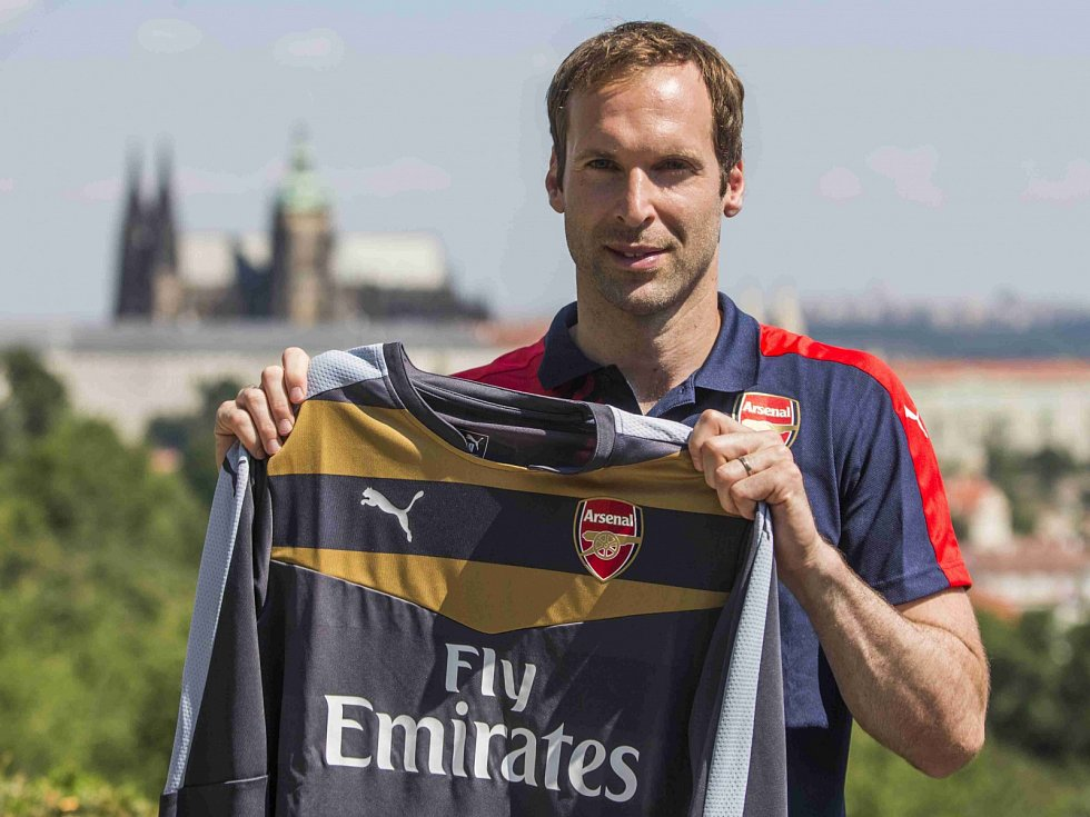 Petr Čech pózuje s dresem Arsenalu.