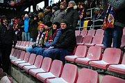 Fotbalové utkání HET ligy mezi celky AC Sparta Praha a SK Slavia Praha 17. března v Praze. Na spodních sedačkách stadionu na Letné byl sníh.