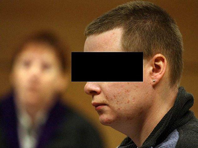 Případ vraždy pětasedmdesátileté ženy ze Zlínska začal v pondělí 15. března rozplétat zlínský krajský soud. Z tohoto činu je obžalovaný vnuk seniorky. Svou babičku měl zavraždit loni v noci ze 3. na 4. října v jejím rodinném domku kvůli šesti tisícům.