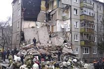 Těla sedmi mrtvých, z toho dvou dětí, vyprostili dnes ruští záchranáři ze sutin domu v Jaroslavli, jehož část se zřítila po výbuchu plynu.
