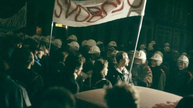 17. listopad 1989. Shromáždění studenti a kordon policie na Národní třídě v Praze.
