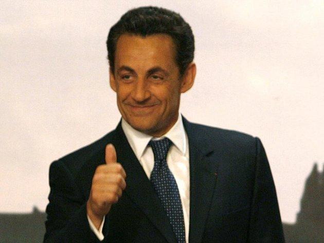Vítězství konzervativního kandidáta Nicolase Sarkozyho v prvním kole prezidentských voleb by mohlo pomoci francouzským akciím k dalšímu růstu.