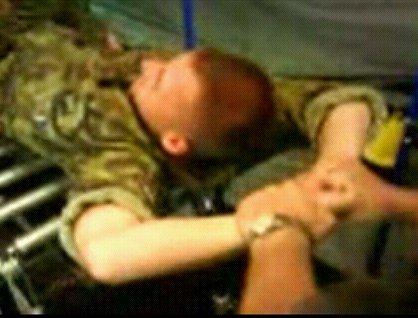 Vojáci drželi podpraporčíkovi ruce a polévali ho vodou.