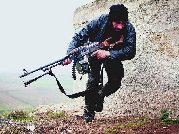 Povstalci ovládají především sever země u hranic s Tureckem.  Patří k nim stoupenci domácí opozice, armádní zběhové i zahraniční bojovníci.