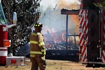 Velký požár v americkém státě Texas zničil nejméně 75 domů a přiměl stovky lidí k evakuaci.