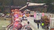 Vykolejený vlak, který spadl z mostu na dálnici