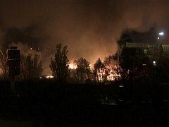 Požár uprchlického tábora u přístavního města Dunkerk ve Francii.