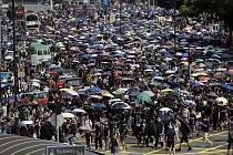 Protestující na nepovolené demonstraci v Hongkongu