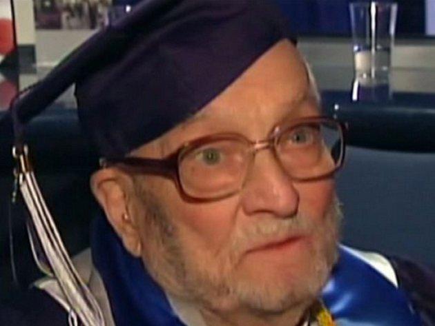 V rovných devadesáti letech odpromoval na univerzitě Xavier University Američan Walter Bunker.