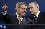 Šéf mezinárodního olympijského výboru Thomas Bach je dlouhodobě kritizován, že má až příliš blízký vztah k ruskému prezidentu Vladimiru Putinovi, a proto nepostupuje proti masivnímu dopingu v Rusku s dostatečnou razancí.