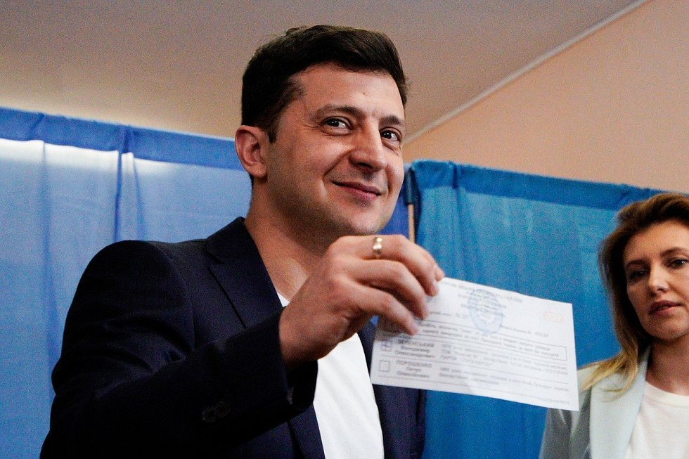 Volodymyr Zelenskyj u druhého kola voleb porušil zákon, když novinářům ukázal vyplněný volební lístek
