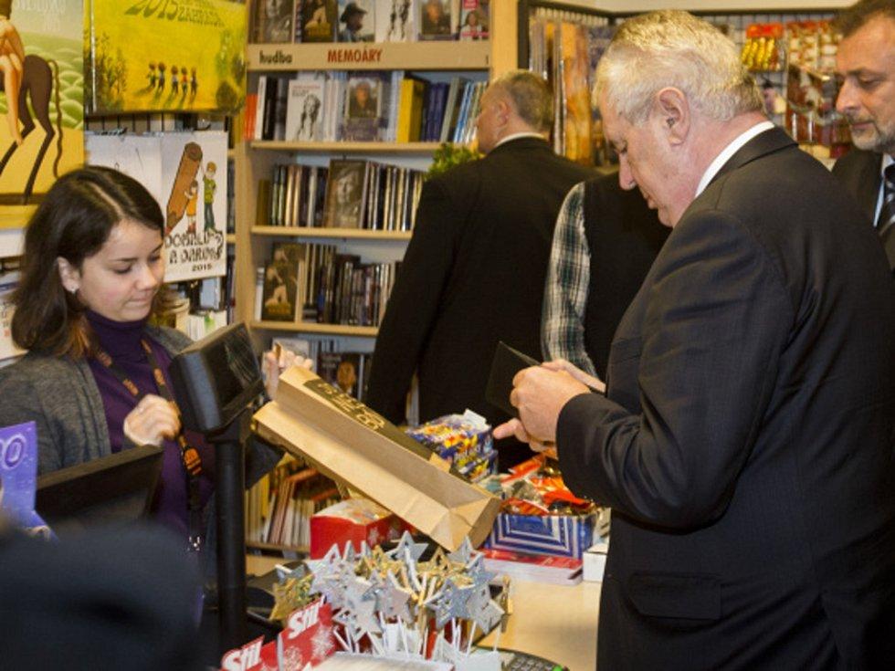 Prezident Miloš Zeman se rozhodl nespoléhat na Ježíška a koupil si v pražském knihkupectví na Václavském náměstí vzpomínky britské političky.