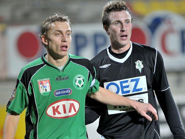Příbramský Daniel Huňa (vlevo) je ostře sledovaným hráčem. Na snímku si ho vzal pod drobnohled jablonecký Petr Zábojník.