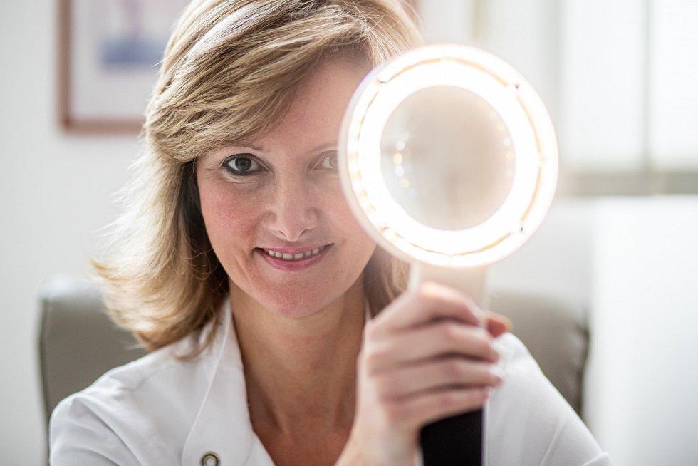 Používejte oční krémy. Mají speciální složení, aby nedráždily oči a zároveň aby dokázaly bojovat s vráskami, podporovaly hydrataci i mikrocirkulaci, doporučuje Monika Arenbergerová.