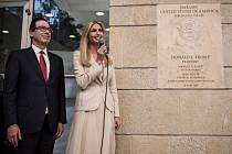 Ivanka Trumpová a Steven Mnuchin při slavnostním otevření ambasády.