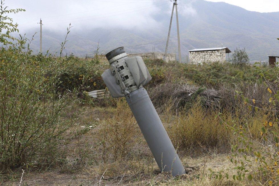 Nevybuchlá raketa v Náhorním Karabachu na snímku z 1. října 2020.