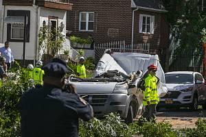 Strom spadlý na auto v New Yorku
