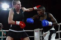 V pražské Pyramidě se v rámci Professional boxing show uskutečnil boxerský souboj mezi Ruskou Marinou Krašeninnikovou (vlevo) a Keňankou Fatumou Zarikou Njeriovou o interkontinentální titul WIBF ve váze do 58,9 kilogramů.