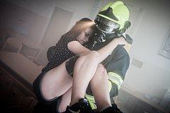 """Cvičení hasičů na Základní škole v Cholticích. Profesionální a dobrovolní hasiči si vyzkoušeli zásah při simulovaném požáru s evakuací """"zraněných žáků""""."""