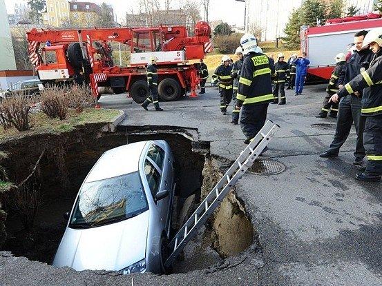 V Praze 4 se propadla vozovka se zaparkovaným vozem Škoda Fabia.