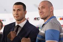 Vladimir Kličko (vlevo) a jeho vyzyvatel Tyson Fury.