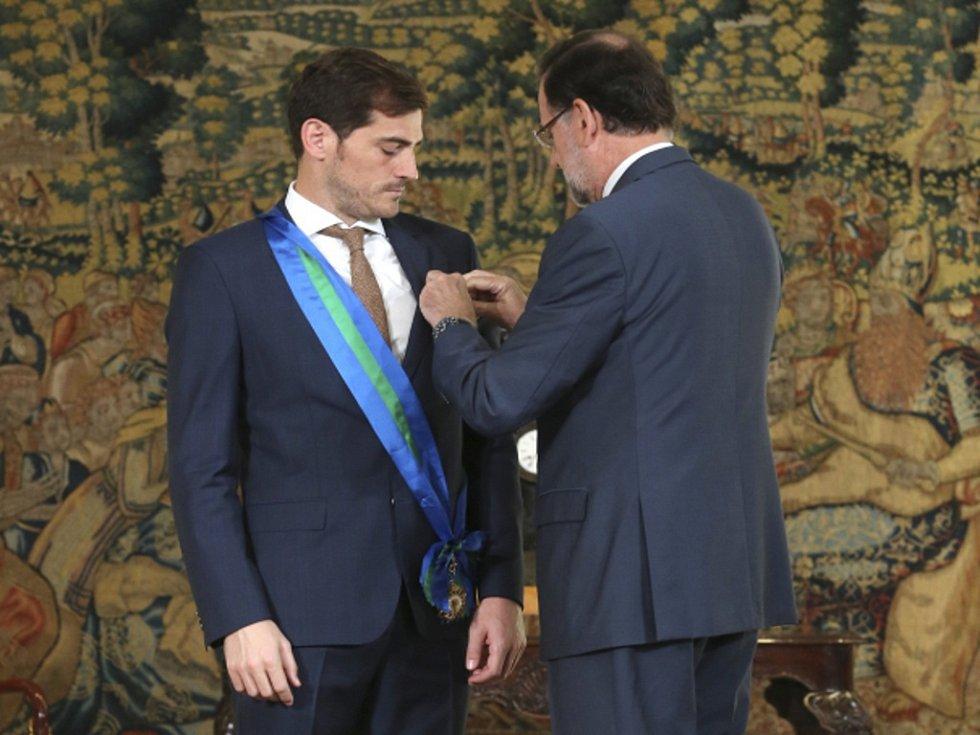 Fotbalový brankář Iker Casillas (vlevo) převzal z rukou španělského premiéra Mariana Rajoye královský řád.