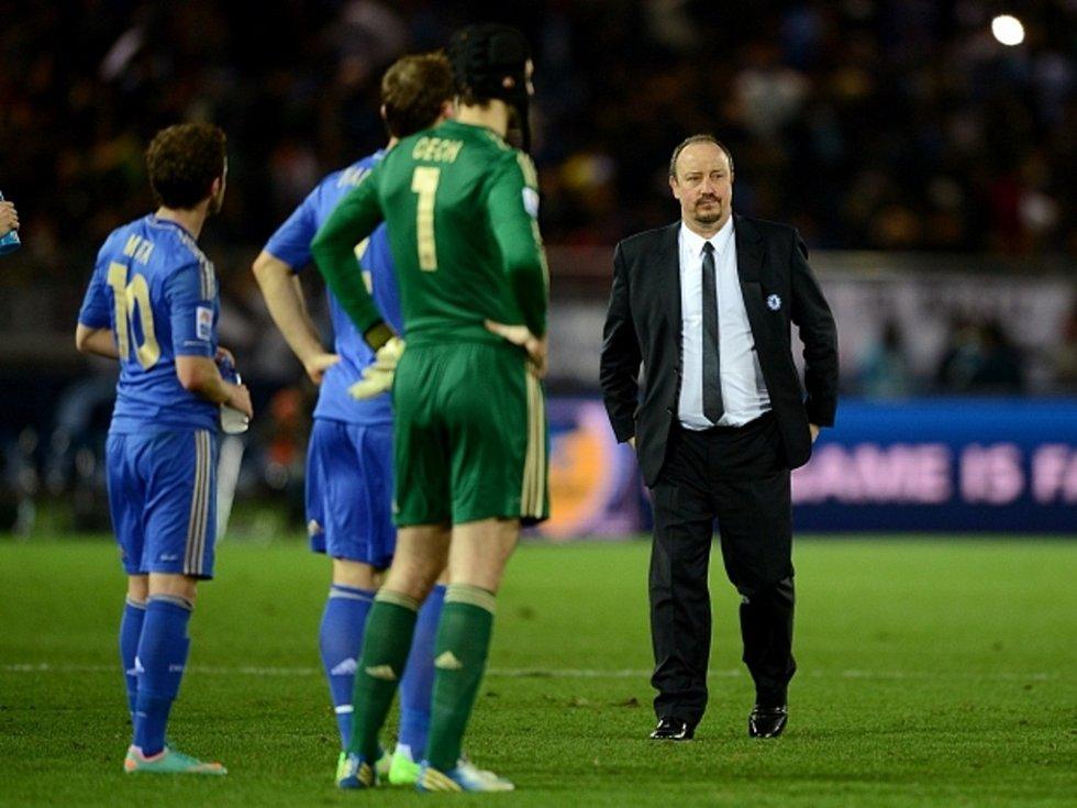 Trenér Chelsea Rafael Benítez (vpravo) a brankář Petr Čech (uprostřed) po porážce ve finále MS klubů.