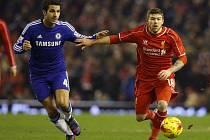 Cesc Fábregas z Chelsea (vlevo) a Alberto Moreno z Liverpoolu.