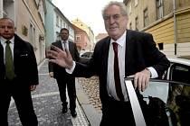 Nastupující prezident Miloš Zeman přichází do své kanceláře v Loretánské ulici v Praze, kde se setká s představiteli prezidentské kanceláře a správy Pražského hradu.