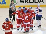 Zleva Jakub Voráček, Jakub Nakládal, Jiří Hudler, Jiří Tlustý a Jan Kovář z ČR se radují z Hudlerova gólu.