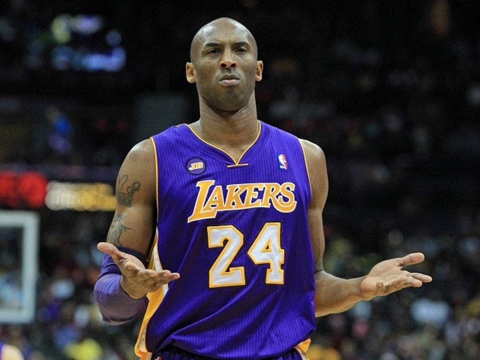 Kobe Bryant z LA Lakers reaguje na faul proti Atlantě.