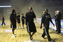 Zápas NBA v Mexiku mezi Minnesotou a San Antoniem zhatil kouř v hale.