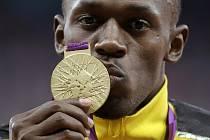 Hvězdný Usain Bolt se zlatou medailí ze sprintu na 100 metrů na olympijských hrách v Londýně.